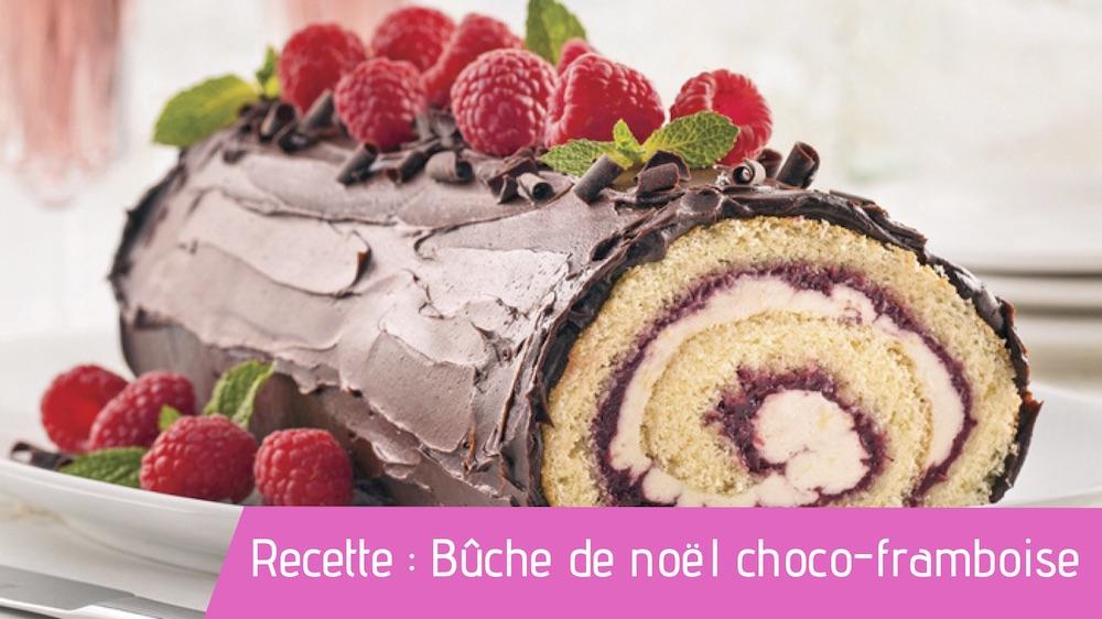 Buche de noel chocolat framboise présentée dans un plat
